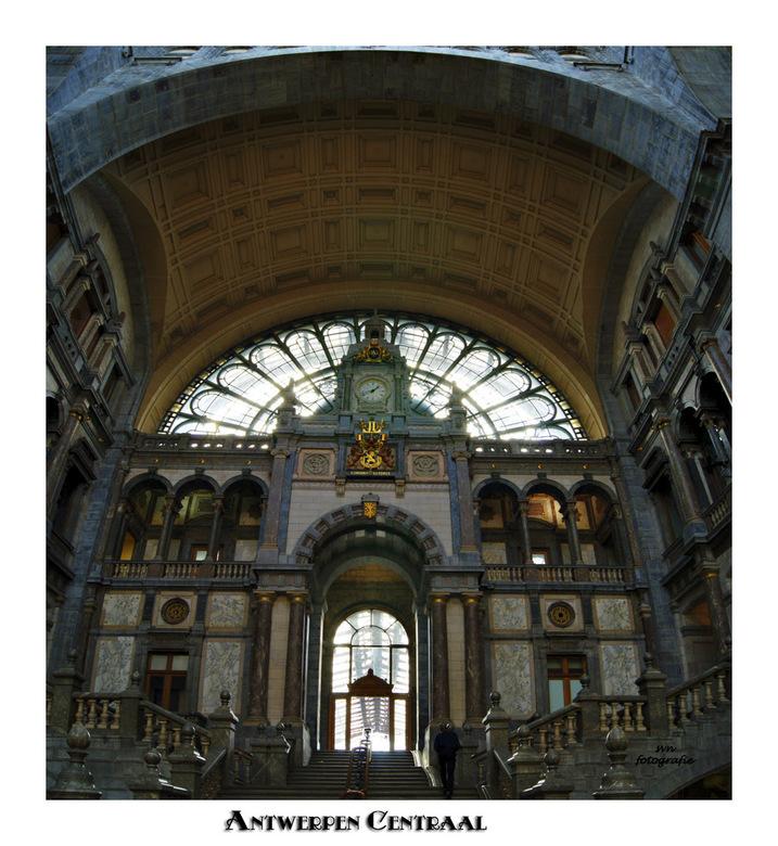 Antwerpen Centraal - Een genot om hier op de trein te moeten wachten. Het liefst heel lang want dan heb je tijd genoeg om van de prachtige hal te kunn