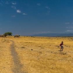 Masaai kinderen onderweg in Tanzania