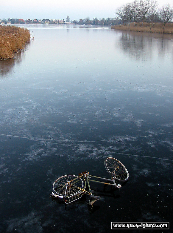 Halfweg - Door het ijs raakt een fietswrak niet te water in Halfweg.