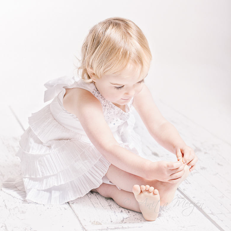 Counting Toes... - Deze kleine meid voelde zich helemaal in haar element met haar nieuwe jurk. Voor de fotoshoot even teentjes tellen omdat ze eigenli