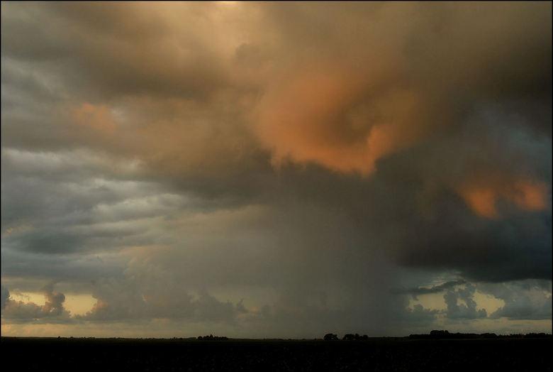 Buiigheid - Gisteren in het westen, genoten op de motor van de zon. Gisteravond op weg naar huis overvallen door hevige buien.<br /> <br /> Deze fot