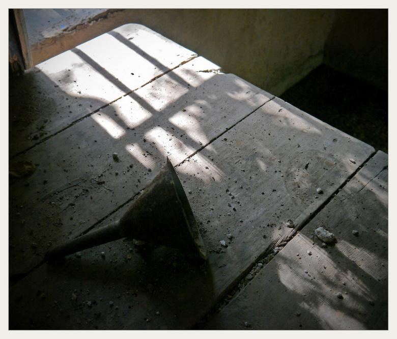 van binnenuit 3 - De 3e foto vanuit het verlaten huis waar ik jaren geleden nog voor een dichte deur stond en foto's maakte door de spijlen heen.