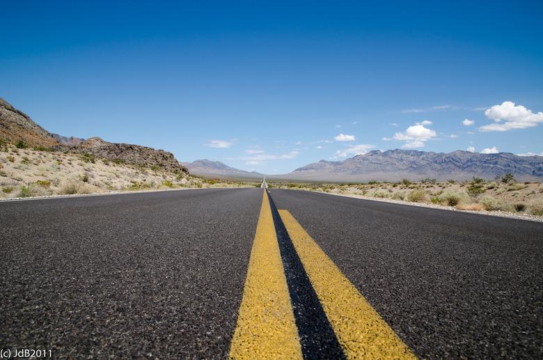 On the road... - ...van Las Vegas naar Death Valley.<br /> Deze zomer een vakantiereis gemaakt naar Amerika en daar via deze eindeloos lange kaarsrec
