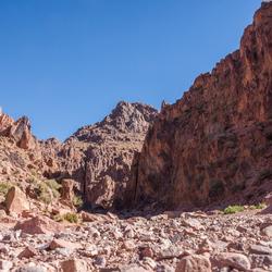 Kloof met droge rivier, Jebel Saghro, Marokko