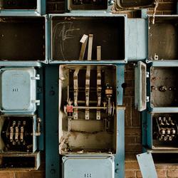 Electriciteitskasten in verlaten oude fabriek