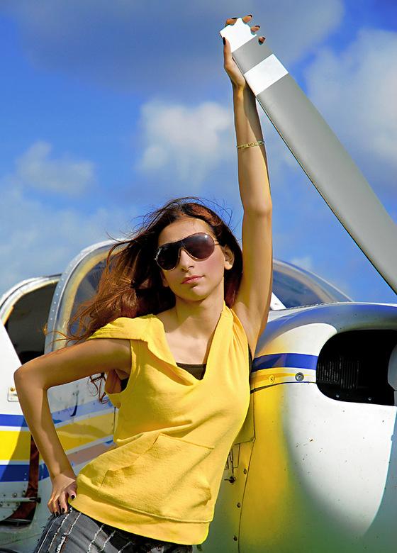 Aysel bij het vliegtuig - Aysel bij de prop van het vliegtuig