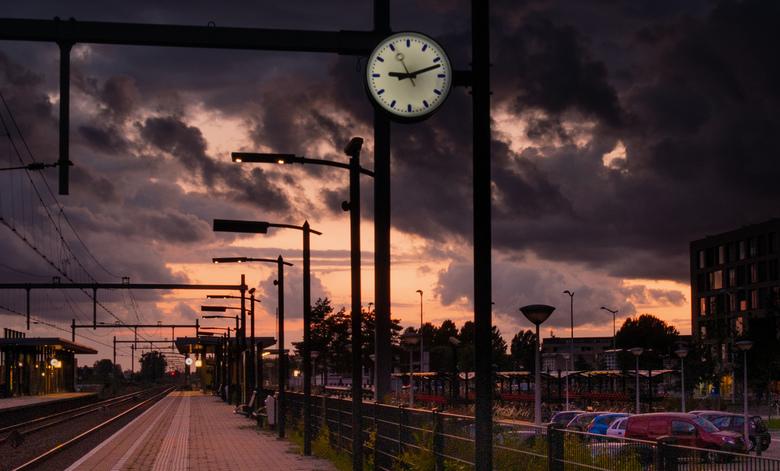 it's time - zonsondergang bij station Tilburg Reeshof