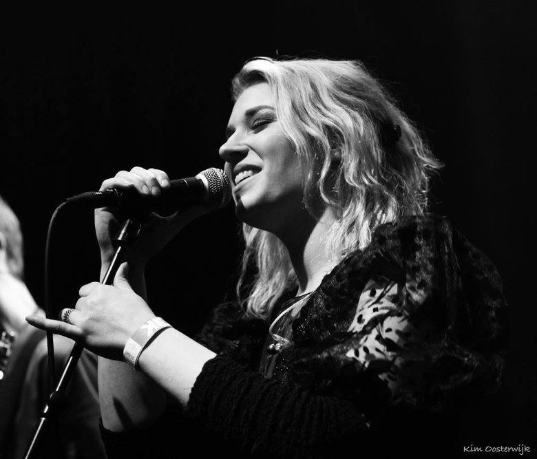 • Performance  - Op deze foto zie je Romy de zangeres van de band Golden Caves.