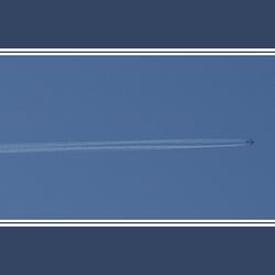Luchtfiets trekt een lange streep