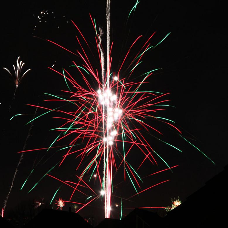 HAPPY NEW YEAR - Ik wens alle zoomers een geweldig gezond, gelukkig en fotogeniek jaar toe.<br /> <br /> dit is mijn allereerste vuurwerkfoto vanuit