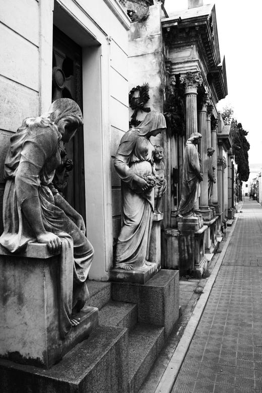 """Cementerio de La Recoleta Buenos Aires - Foto is gemaakt in Buenos Aires. De begraafplaats Cementerio de la Recoleta ook wel """"Stad der Engelen&qu"""