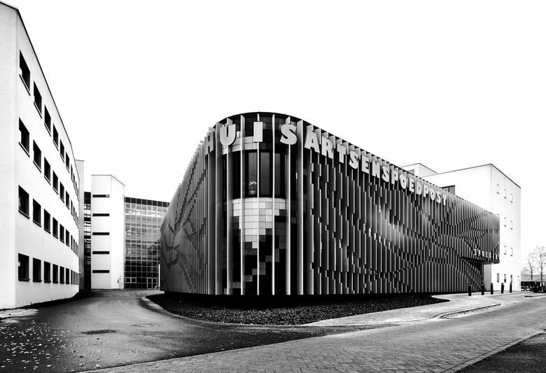 Groningen: 'Verticalen'  - Variant van dit gebouw die ik eerder heb geplaatst (tijdens blauw uurtje).<br /> <br /> In de kleurenversie van deze foto