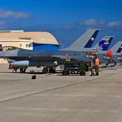 zes F-16's