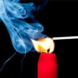 Ontbrandende lucifer in kaars