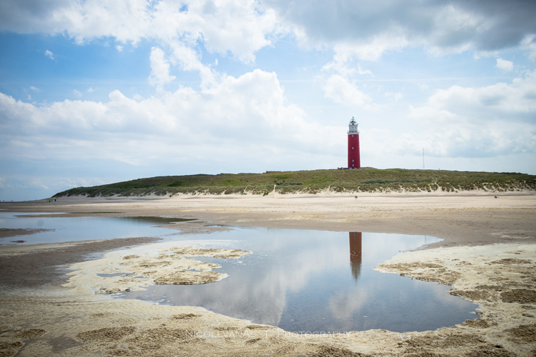 Spiegeling - Eb op het meest noorderlijke puntje van Texel.<br /> Zo mijn compositie gekozen dat de vuurtoren spiegeling in zijn geheel zichtbaar is.
