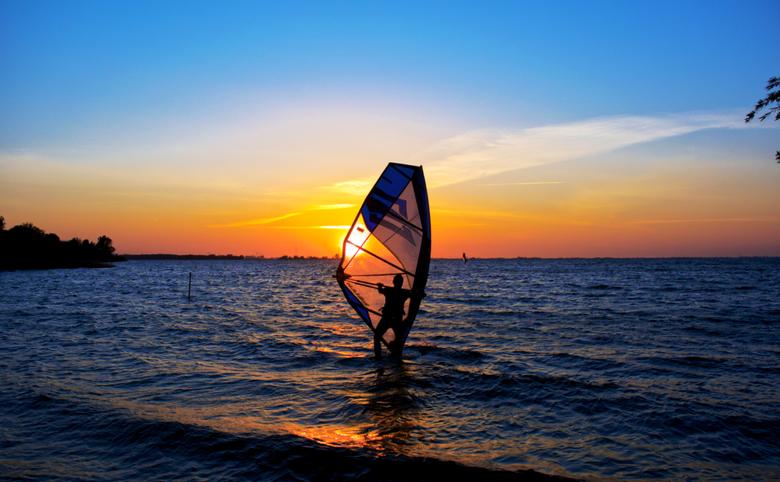 In vuur en vlam - Ondergaande zon bij IJmeer, saturatie wat verhoogd, waardoor de lucht er mooier uitkwam.<br /> <br /> gr hans