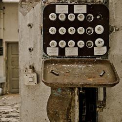 Stoppenkast met beschrijving in verlaten oude fabriek
