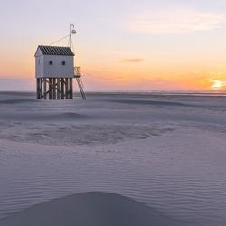 Drenkelingenhuisje tijdens zonsondergang
