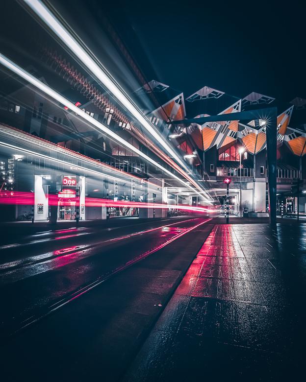 Night trails - Veel fotografen blijven thuis als het regent. Ik ga er juist op uit omdat regen meer sfeer geeft.Als je dan in de avond ook nog een lan
