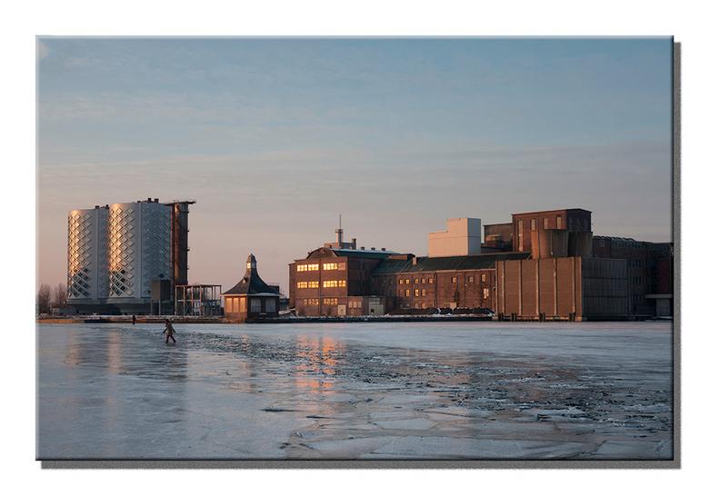 """Sugar City - Het suikerfabriek complex compleet met de """"suikerpotten"""", tot kantoren omgebouwde silo's, te Halfweg tijdens de laatste ij"""
