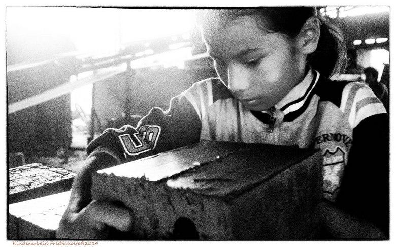 Kinderarbeid 3 Laos  - Meisje 9 jaar <br /> Steenfabriek bij Luang Prabang<br /> Wij fietsten langs een steefabriek en zijn gewoon naar binnen gelop