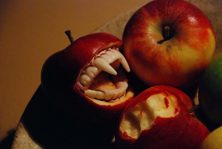 Kannibalisme - Dit idee kreeg ik terwijl ik bezig was met de foto &#039;Appel beet&#039;. Hij is een stukje &#039;ruiger&#039; dan die eerste foto...<
