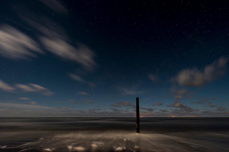 Schiermonnikoog, paal 6 bij maanlicht - Het was koud maar de moeite waard!<br /> <br /> Omdat de maan te veel licht gaf was de melkweg vrijwel onzic