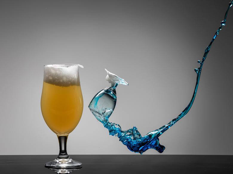Bier vs Curacao blauw - Workshop Gooi je eigen glazen in bij Arend Spaans: https://arendspaans.nl/gooi-je-eigen-glazen-in/<br />