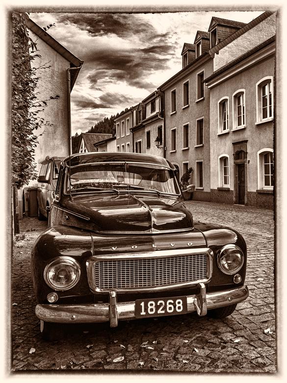 volvo in straatje - oude inmiddels historische Volvo in straatje. Bewerking via Nik