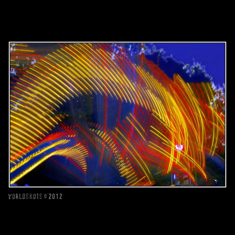 kermis abstract - Dezelfde attractie op de kermis, maar dan met lange sluitertijd, dus lekker abstract.