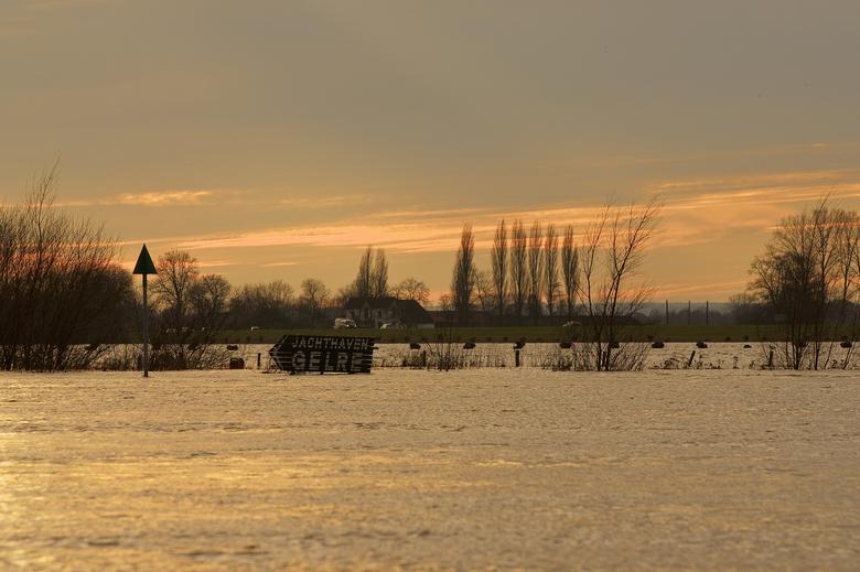 Hoog water IJssel - Zutphen - De IJssel is buiten z'n oevers getreden. Foto genomen vanaf de IJsselkade in Zutphen