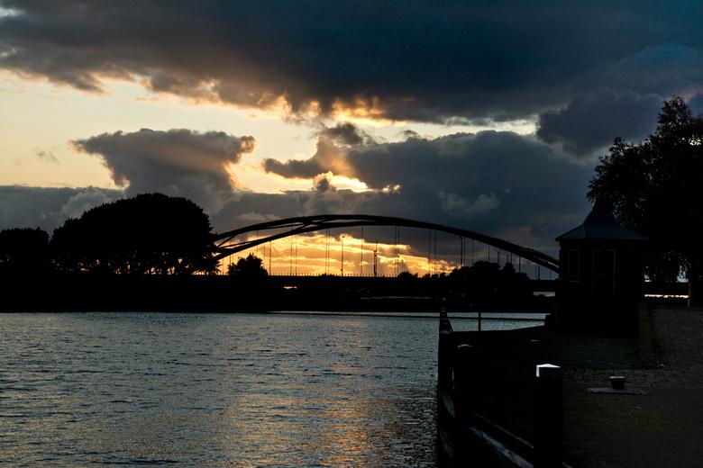 Culemborg - Ondergaande zon achter de brug bij Culemborg over het Zwarte Water.