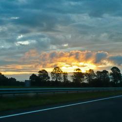 Geschilderde wolken met ochtendzon
