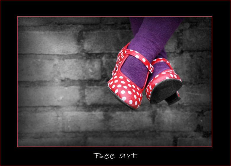 Funny shoes - Nl - Arnhem<br /> <br /> Meisje met gekke schoenen kijkt naar de carnavalsoptocht.