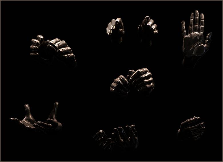 Helping hands - Deze handen heb ik gefotografeerd in de Nieuwe Kerk in Amsterdam tijdens de tentoonstelling aldaar over Suriname.<br /> <br /> Groet