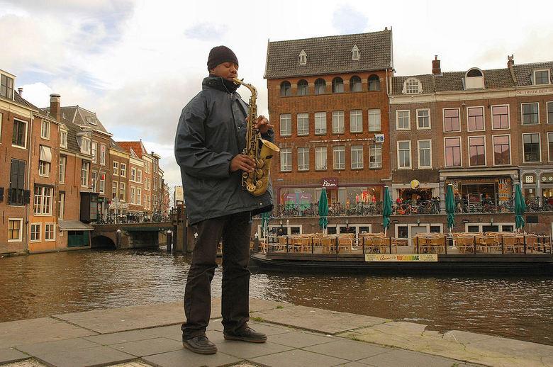 """""""Leiden, city of the blues"""" - Ondanks zijn koude vingers werd ik in mijn lunchpauze op een stukje onvervalste blues getrakteerd"""
