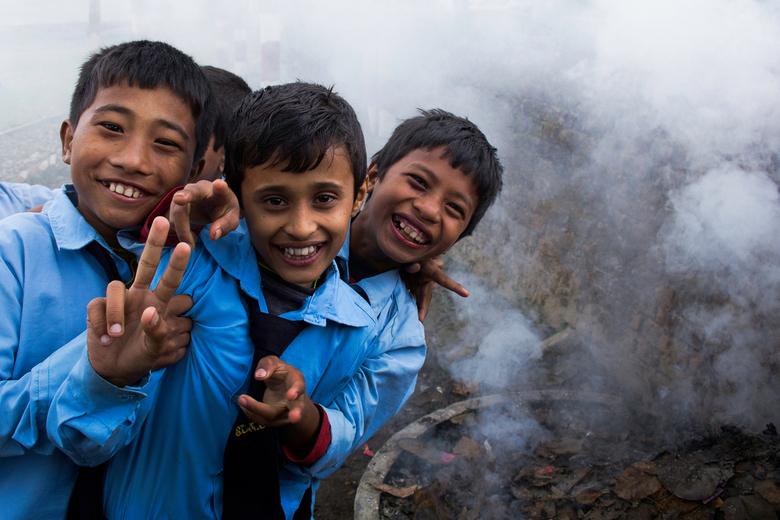 we can't stop smiling - Deze foto maakte ik tijdens mijn reis door Nepal. Ik ging mee met een stichting (voornamelijk als fotograaf) om daar ontwikkel