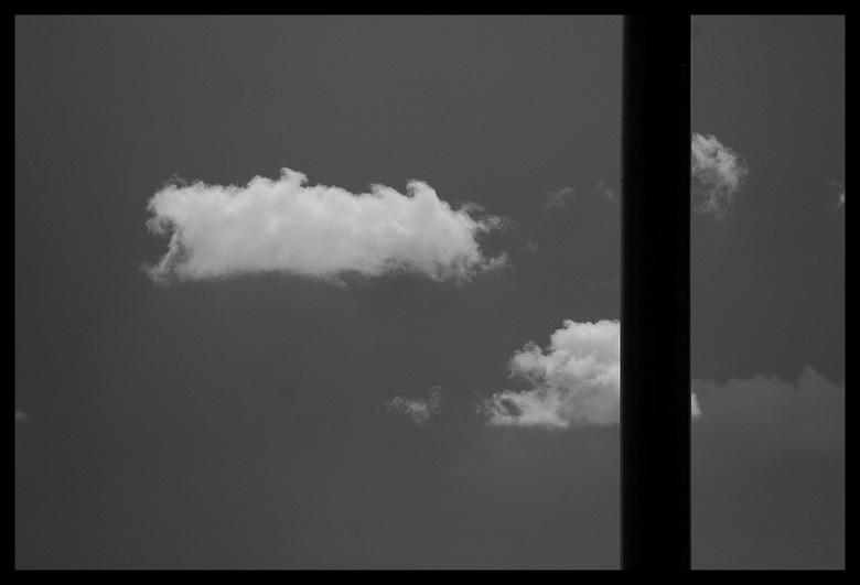 Luchtvervuiling - Een mast van een windturbine. Ik vind het horizonvervuilers. Waar je kijkt, het stikt van windmolens, en er komen nog meer bij, of j
