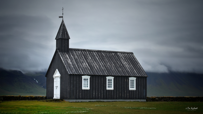 Kerkje in IJsland - Door de mist op de achtergrond vond ik deze kerk er extra uit springen!