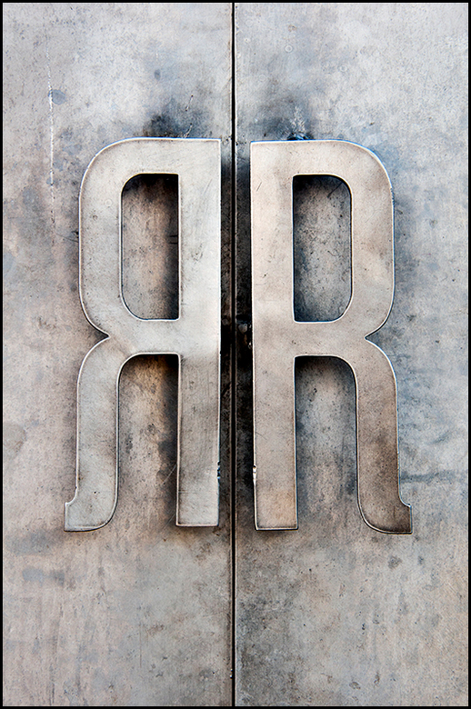 Radio Royal - De deurkrukken van restaurant Radio Royal in Eindhoven is een mooi voorbeeld van hoe je van iets gewoons iets aparts kunt maken. Een ijz