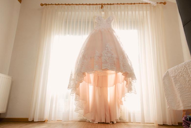 de trouwjurk - Het moment dat de jurk nog hangt en enkele uren later wordt aangetrokken.<br /> Spannend!!!