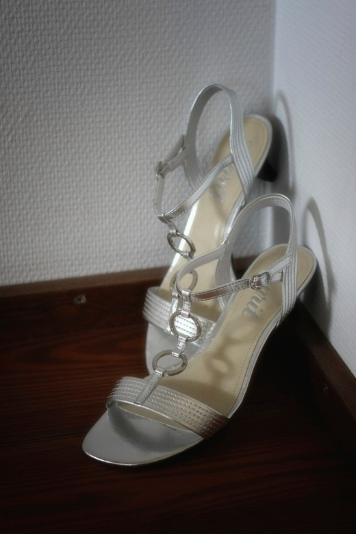 In het huwelijksbootje stappen... - Heb de schoentjes van de bruid gepakt en snel even in de hoek gezet en deze foto kunnen nemen.