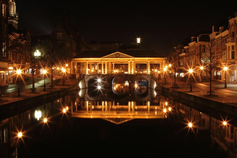 Koornbeursbrug Leiden - Deze brug is vooral bekend om zijn opbouw. De twee overkapppingen zijn in 1825 op de brug gezet en dienden om de graanhandelar