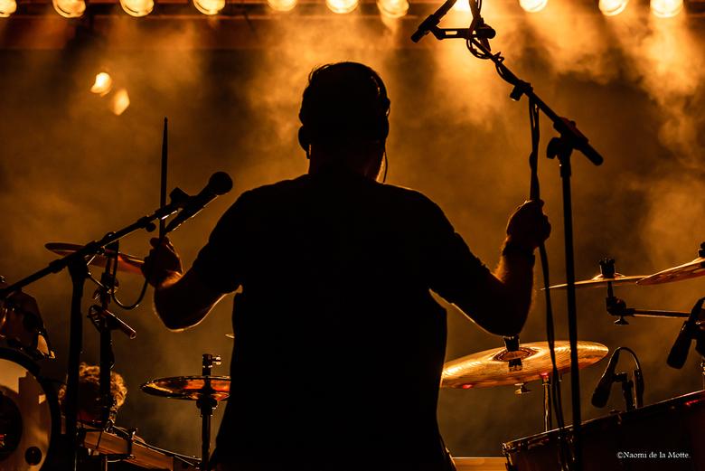 De achtergrond drummer met donker en licht. -