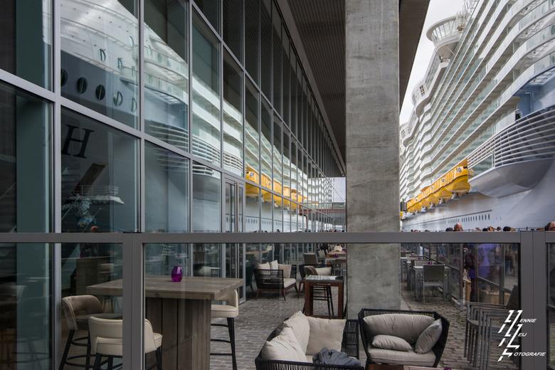 Schip langszij - Rotterdam, met de Harmony of the Seas langs de kade.