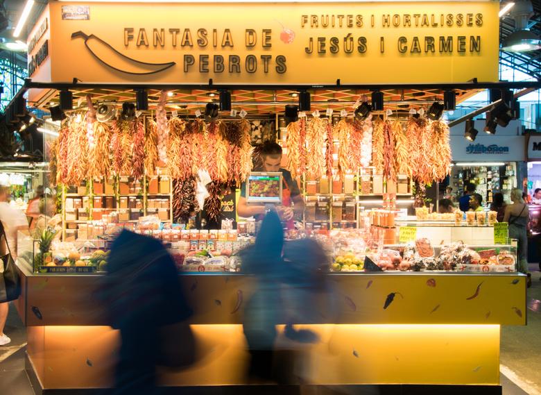 Pepertjes kopen in Barcelona - De drukte van de markt wordt weergegeven door de motion blur.