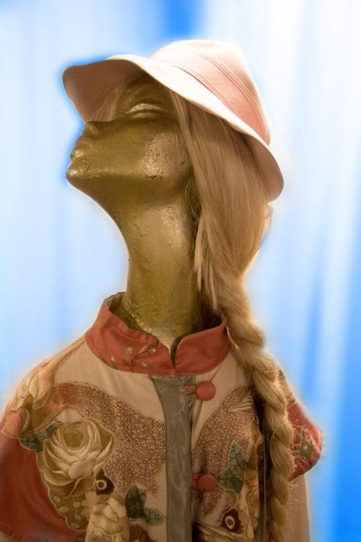 parmantig - op de pop: hand geborduurd Art-Deco jurkje, blonde pruik met vlecht, ovaal plat hoedje.<br /> met dank aan Terschuur Kledingverhuur Bussu
