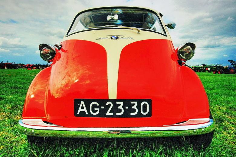 BMW 1959 - Deze  driewieler BMW met het bouwjaar 1959 is ook gefotografeerd op de oldtimer-show.<br /> Een heel contrast met de grote en snelle auto&