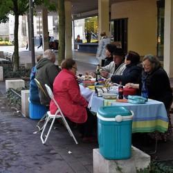 Picknicken in een winkelstraat