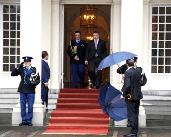 Bos terug van Beatrix - Afgelopen maandag komt Bos naar buiten op paleis Noordeinde.